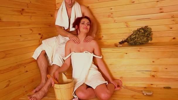Pár se odpočívat v sauně.