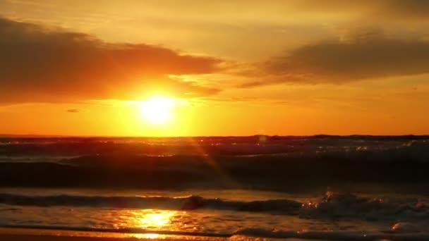 Krásné oranžové slunce na moři