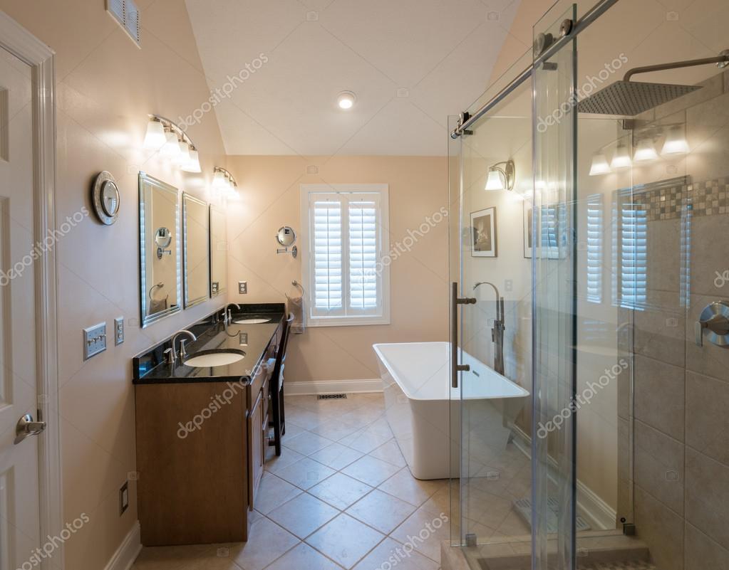 Modernes Badezimmer mit freistehender Badewanne und ...