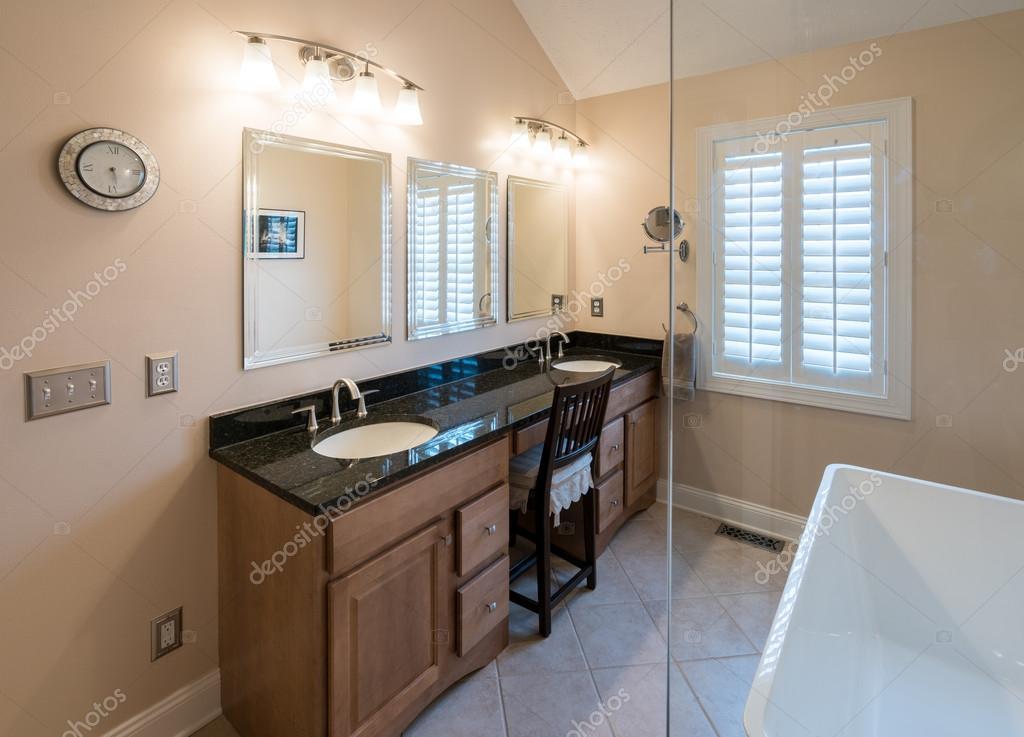 Modernes Badezimmer mit freistehender Badewanne und Eitelkeit ...