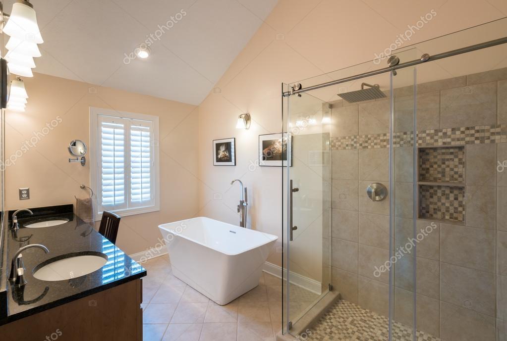 Moderne badkamer met vrijstaand bad en ijdelheid u stockfoto