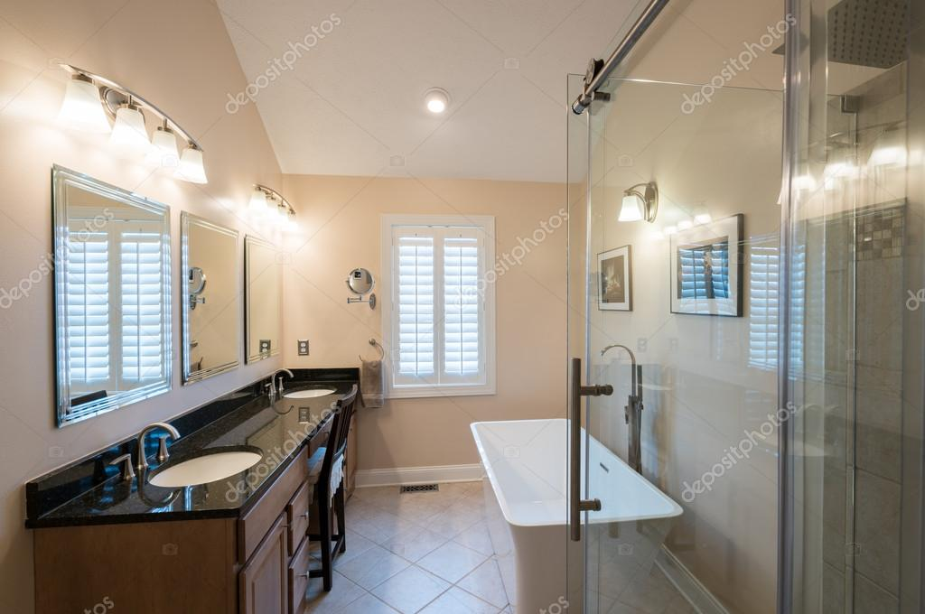 Bagni Con Doccia E Vasca Moderni : Bagno moderno con lavabo e vasca freestanding u2014 foto stock