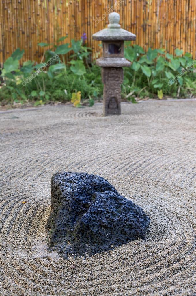 Piccolo giardino di roccia giapponese zen rastrellato in - Piccolo giardino zen ...