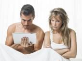 Unkommunikatives Paar in Weiß auf dem Bett