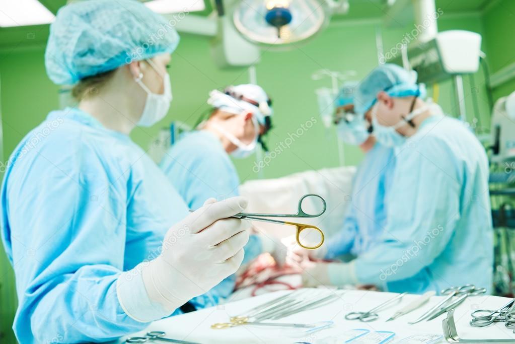 Cirujanos en el trabajo. enfermera operando en hospital de cirugía infantil: fotografía de stock © kalinovsky #110347362   Depositphotos