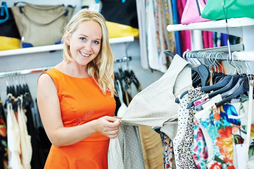 Capi di abbigliamento donna scegliendo il vestito durante lo shopping  presso negozio di abbigliamento — Foto di ... bc8a4057f88