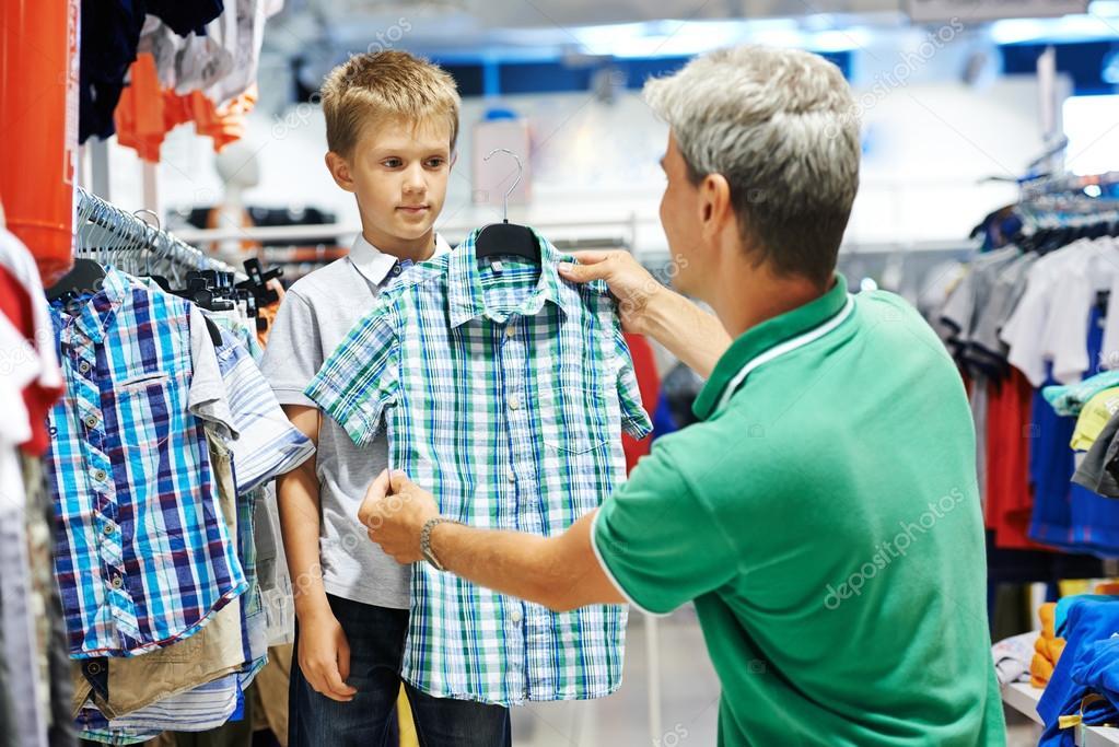 0282e1466dd82 hombre y niño ropa de compras — Fotos de Stock © kalinovsky  51837783