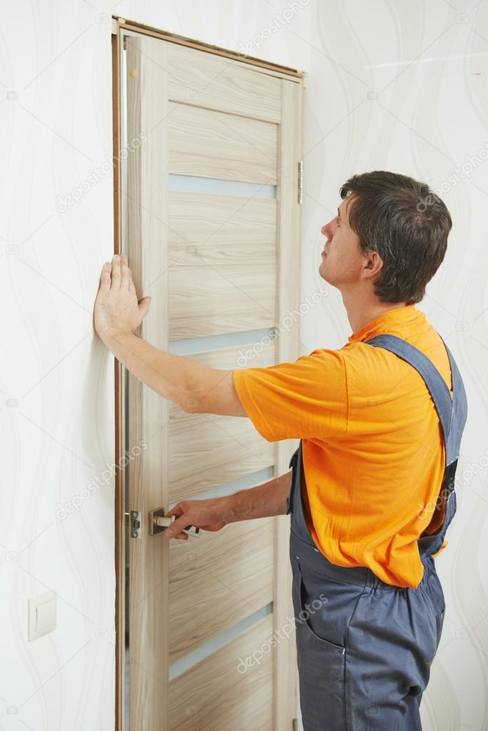 Zimmermann bei der Tür-installation — Stockfoto © kalinovsky #52491231
