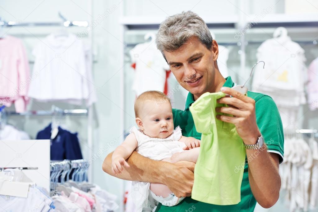 3043e2c1d7eb7 Imágenes  compra de ropa   hombre y comprar ropa de bebé — Foto de ...