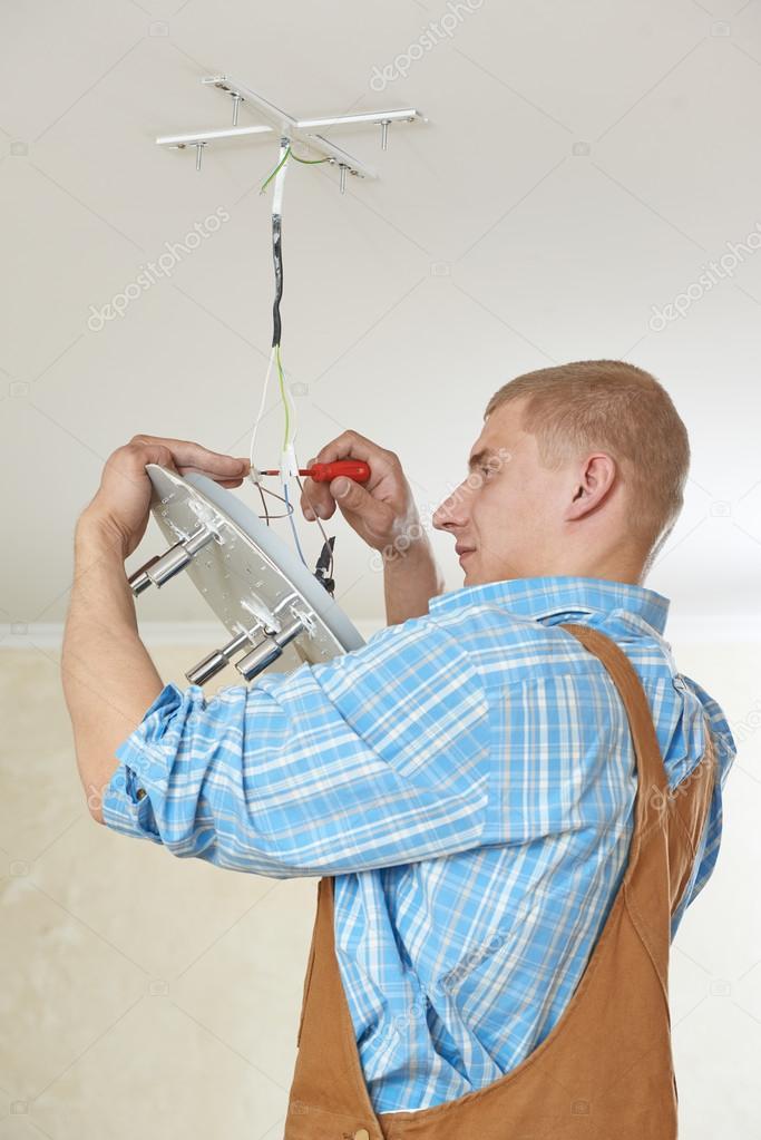 Elektriker bei der Verdrahtung Arbeit — Stockfoto © kalinovsky #66019831