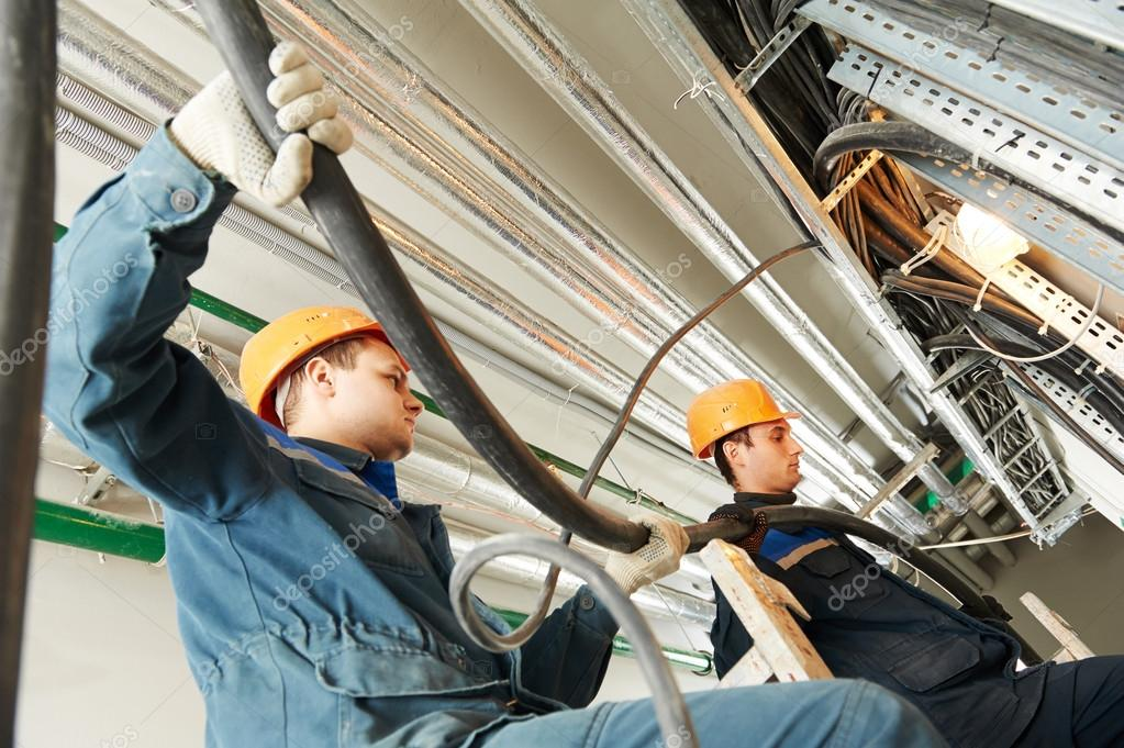 zwei Elektriker beschäftigte Verkabelung — Stockfoto © kalinovsky ...