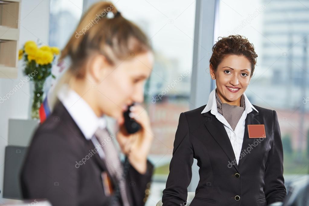 Hotel-Mitarbeiter an der Rezeption — Stockfoto © kalinovsky #69659095
