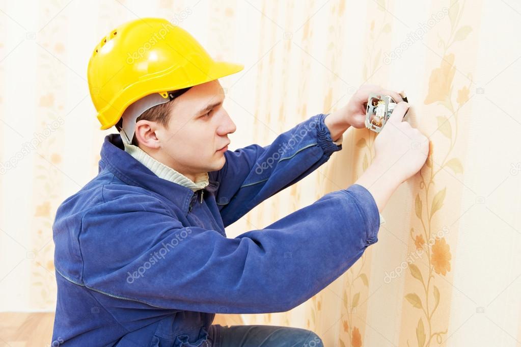 Elektriker am Kabel Verdrahtung Arbeitsplatz — Stockfoto ...