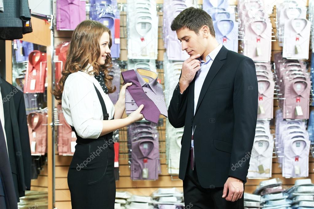 1af7835411d81 hombre y asistente en comprar ropa de vestir — Fotos de Stock ...