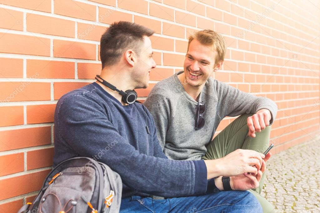 Comment ne pas être déçu par vos amis ? Depositphotos_112280482-stock-photo-two-men-smiling-and-looking