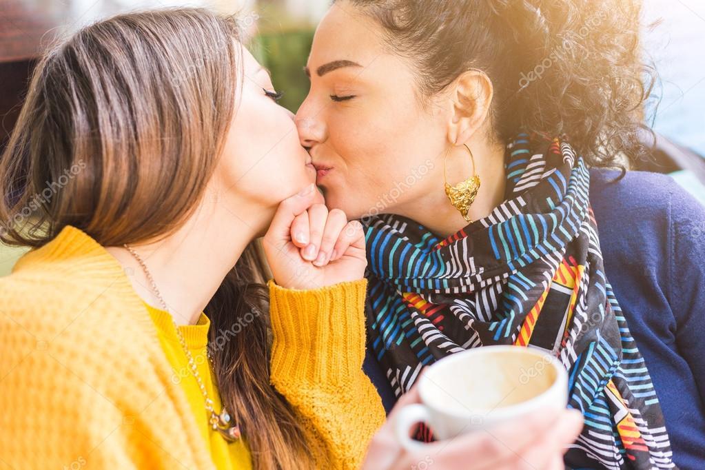 Lesbische moeders zoenen