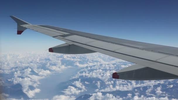 vyhlížel z okna letadla