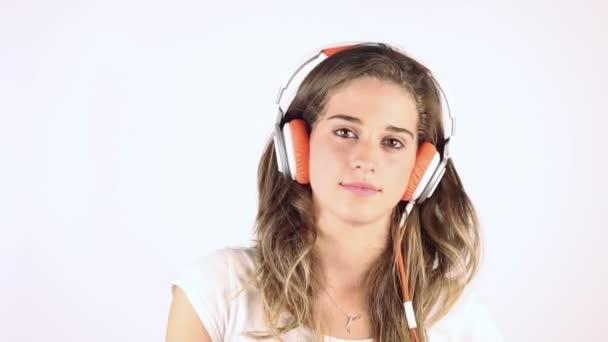 Nő zenét hallgat a fülhallgatóban