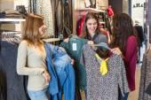 Három nő-egy ruhaüzlet