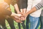 Gruppo Multiracial di amici con le mani nello Stack, lavoro di squadra