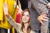 Gyönyörű lány keres egy ruha, ruházati bolt