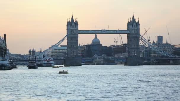 Tower Bridge a londýnské panoráma