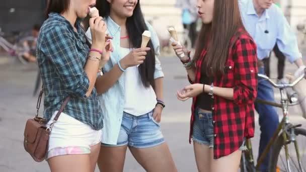 Tři šťastné ženy jíst zmrzlinu