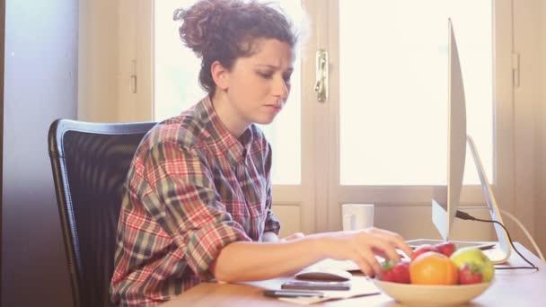 Mladá žena, pracující doma nebo v kanceláři