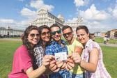 Fotografie Gruppe von Touristen mit ihrem Foto in Pisa