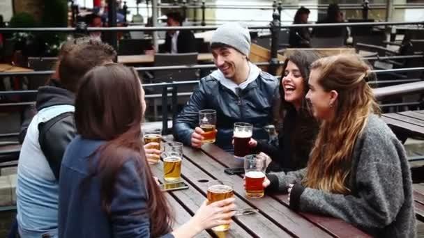 Gruppe von Freunden genießen ein Bier im Pub in London