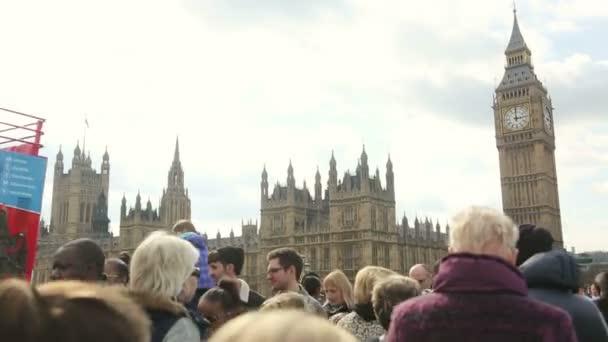 Westminster palota és Big Ben Londonban sok turistával és ingázóval a Westminster hídon