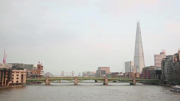 Panoráma města Londýn Řeka Temže a mosty na popředí