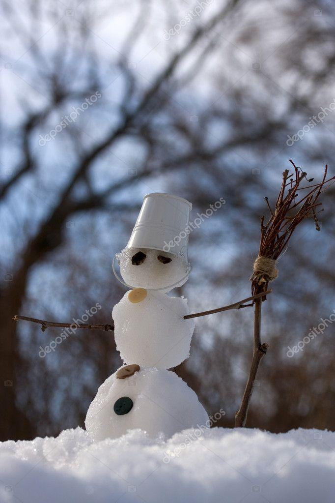 https://st2.depositphotos.com/1000324/9831/i/950/depositphotos_98318752-stock-photo-little-snowman-with-broom.jpg