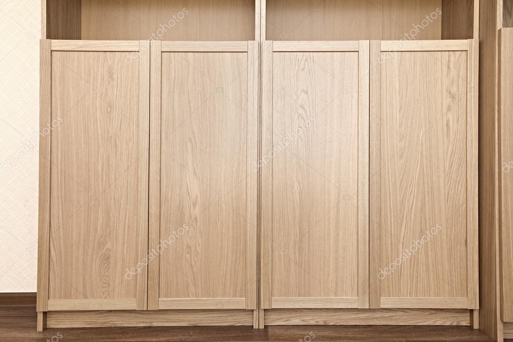 Nieuwe boekenkast met gesloten deuren u stockfoto goodday