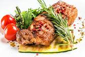 Steak se zeleninou na talíři