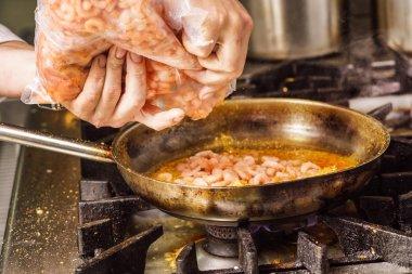 Steaming food in the frying pan