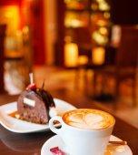 Fotografie Dort s kávou na stole