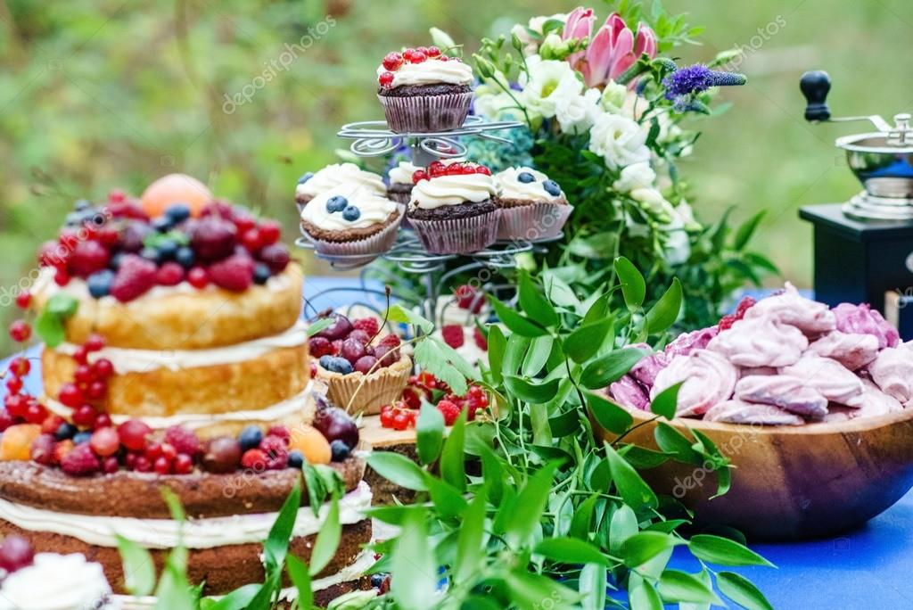 Nackte Hochzeit Kuchen Und Muffins Mit Beeren Stockfoto C Shebeko