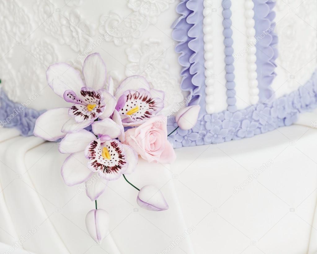Bruidstaart Van Toiletpapier.Bruidstaart Met Suiker Bloemen Stockfoto C Shebeko 89983094