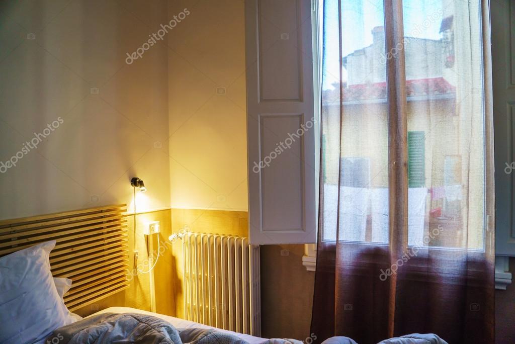 Zimmer Mit Lampe Und Fenster Offnen Stockfoto C Shebeko 95866260