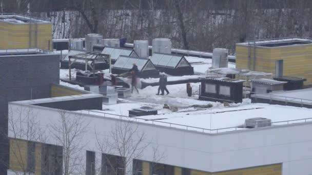 Stavební inženýři na střeše