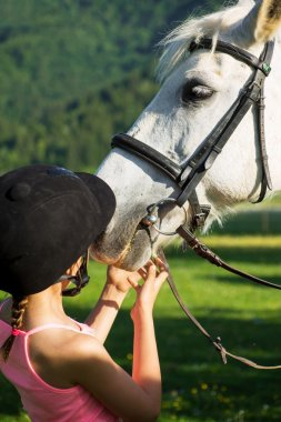Children cleaning horse