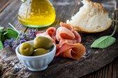 Fotografie Čerstvá šunka s olivami