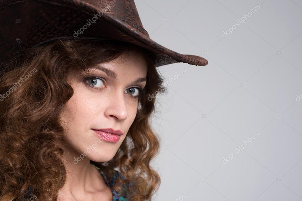 Señora joven con un sombrero de vaquero. Retrato de estudio — Foto de  spaxiax 5f43745aa60