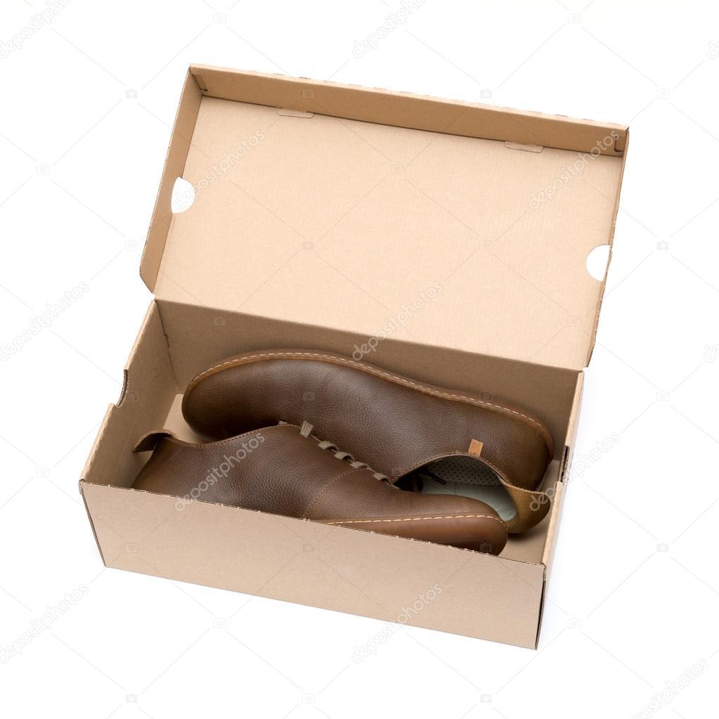 nouvelle chaussure marron en boîte isolé sur fond blanc