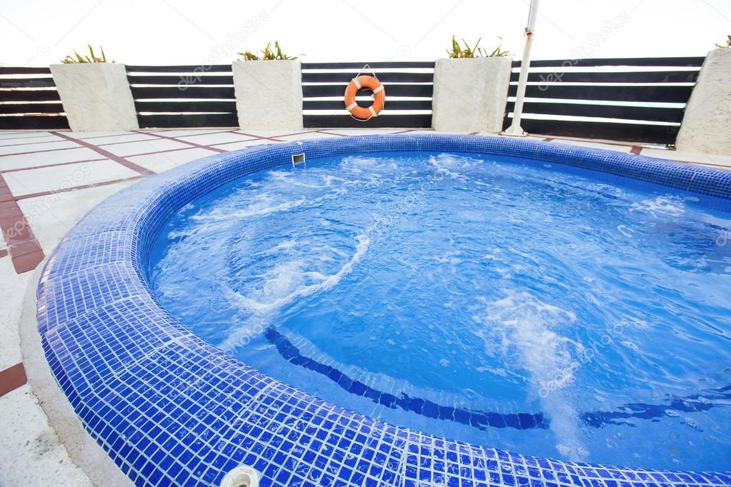 Jacuzzi En Terraza.Jacuzzi En Terraza Foto De Stock C Pashapixel 117101870
