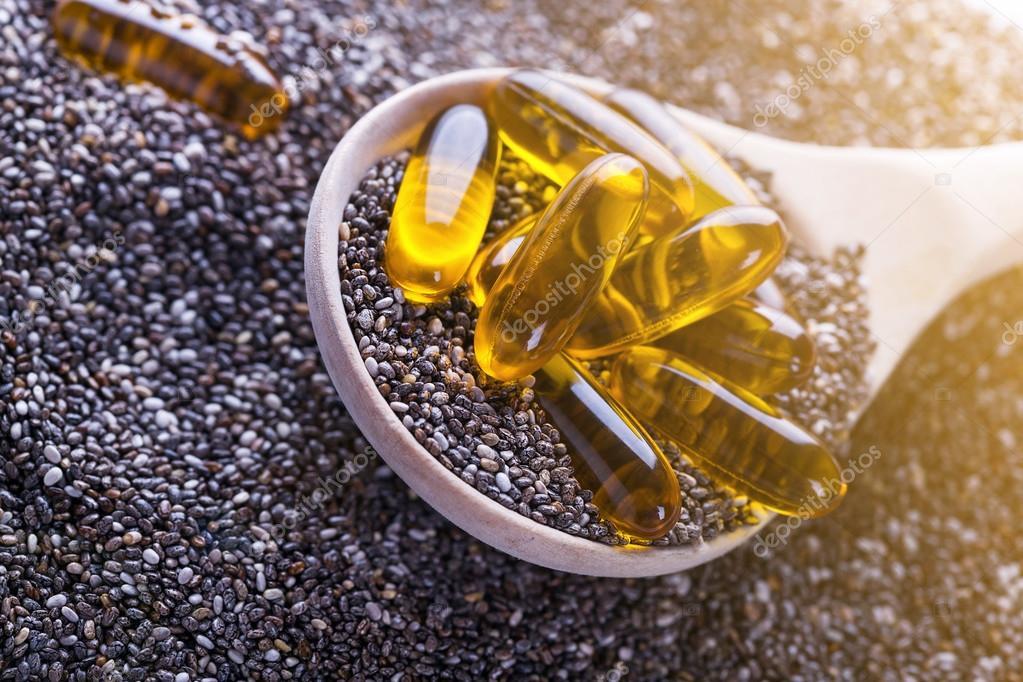 Capsule della vitamina con oli di chia fonte di omega piante
