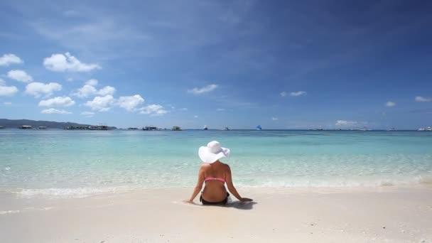 Lány a nap kalap pihentető trópusi tengerparton