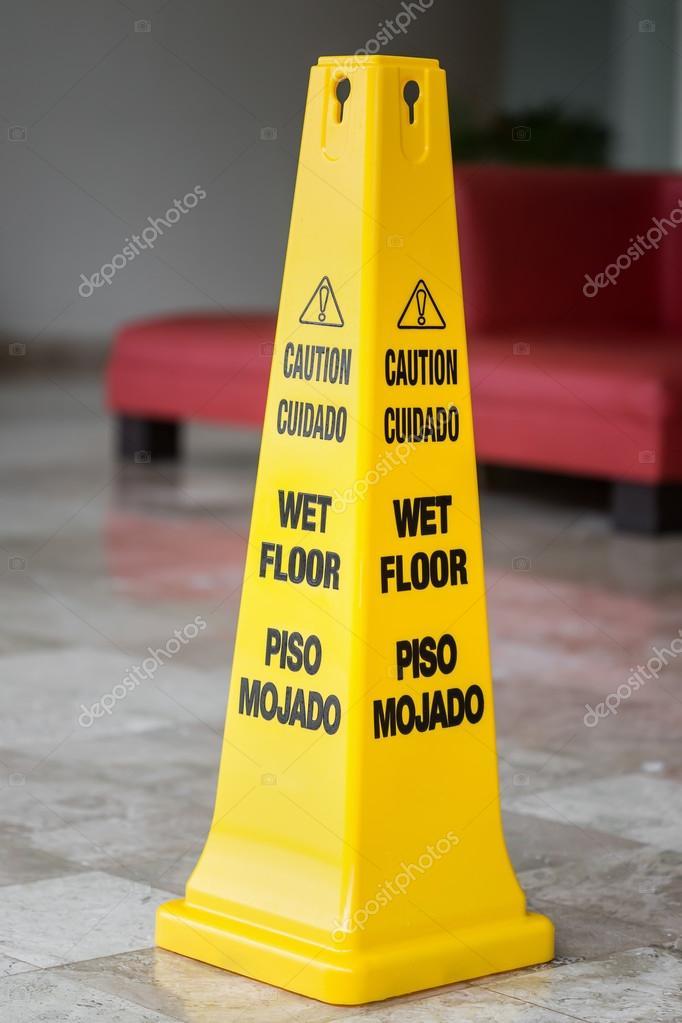 cartello giallo attenzione pavimento bagnato immagini stock