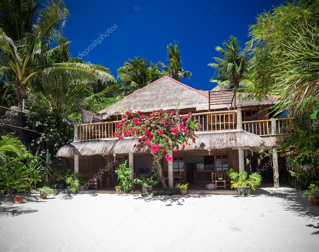 Casa de madera tropical — Fotos de Stock © pashapixel #67389533